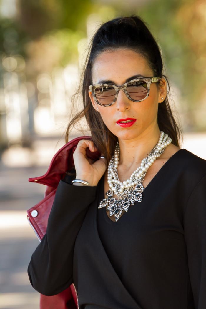 Collar de perlas y cristales de zara con gafas de sol Prada