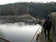Caminant pel costat de la resclosa i canal de Cal Vidal