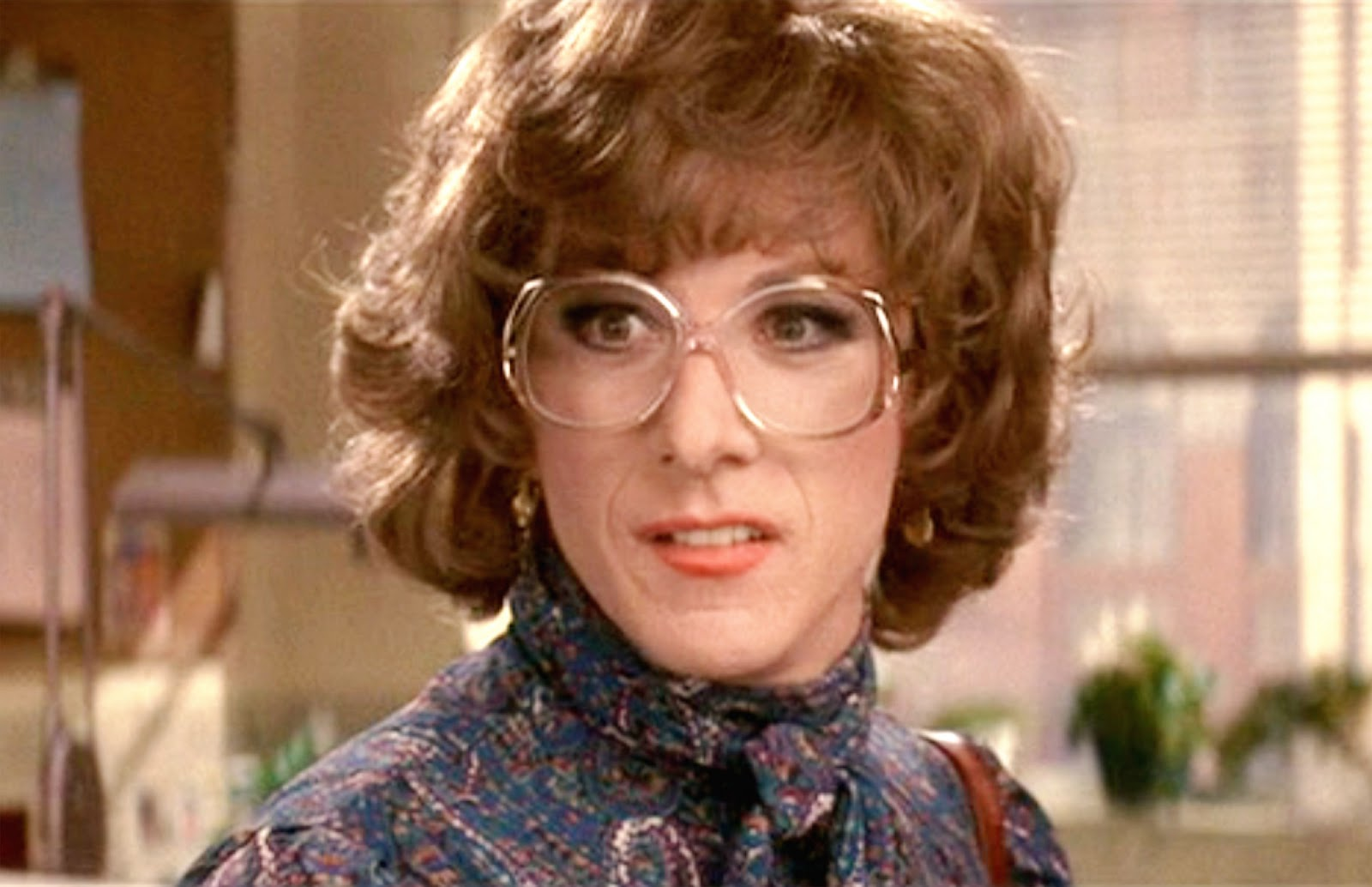 a movie review about tootsie played by dustin hoffman The then 48-year old dustin hoffman played a 63-year old wily loman wily is a frustrated elderly salesman obsessed with the american dream he is pushed into the thorny path to reflect on his own existence at face value.