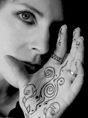 a moça com tatuagem na mão