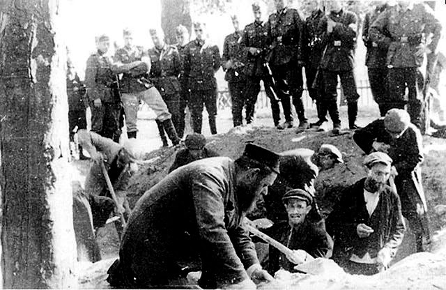 Jews digging grave in Konskie Town Square (Yad Vashem Photo Archive)