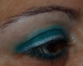 Maquillaje de ojos verde con toque en plata