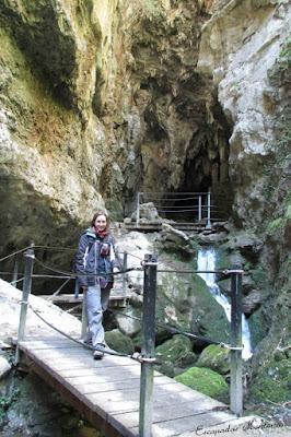 Pasarelas en la entrada de la Grotte du lac en Kakouetta.