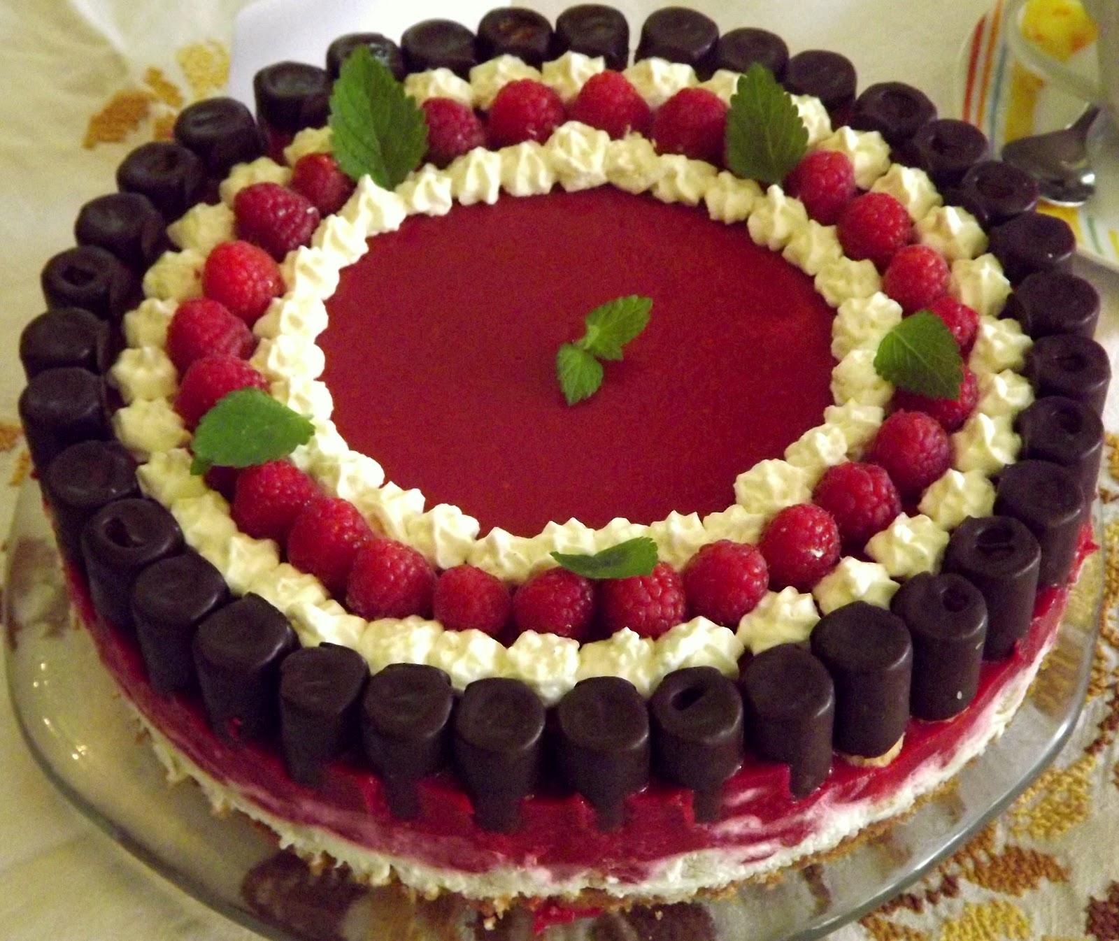 Ein wenig Zeit muss eingeplant werden da der Kuchen mind für 3 Stunden gekühlt werden sollte Die Füllungen kann man variieren und auch mal andere