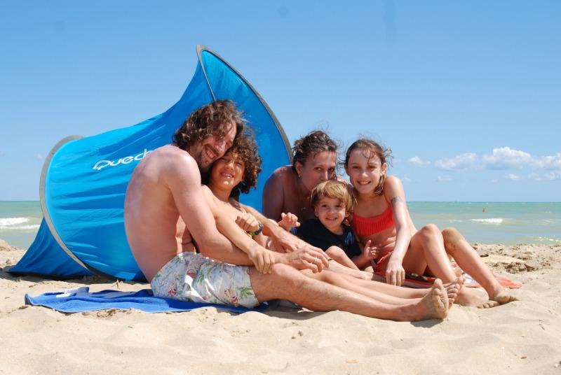 mare autoscatto di famiglia con parasole