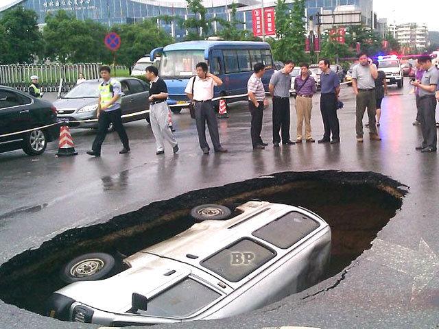 Minibus-Tertelan-Bumi-di-China_1