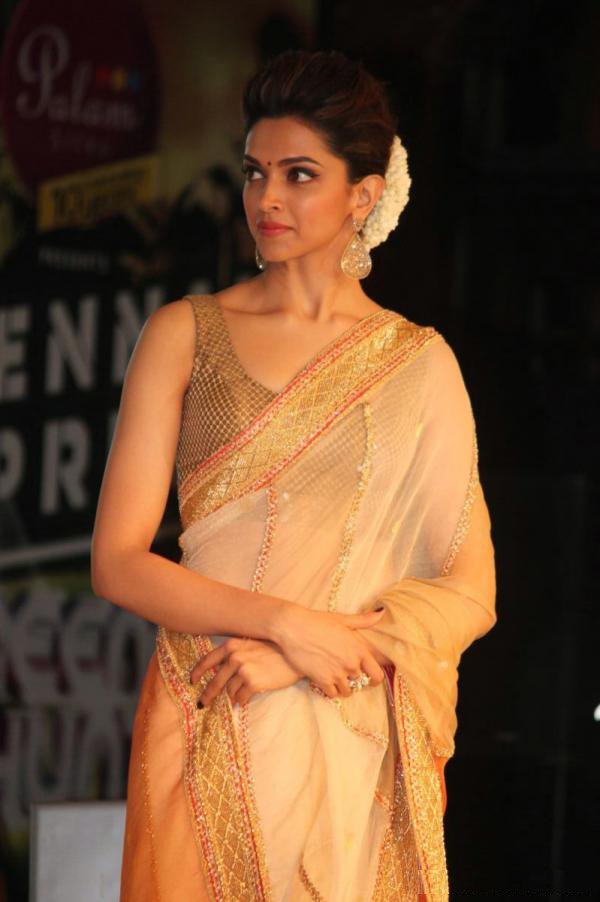 Cute Actress: Deepika Padukone Spotted very beautiful in Saari