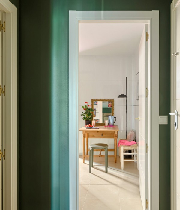 Un piso con un interior lleno de color y atrevimiento decorado con muebles asequibles blog chicanddeco