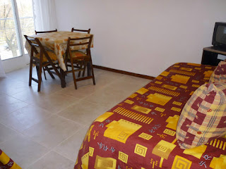 LIVING COMEDOR LUMINOSO,pisos de porcelanato