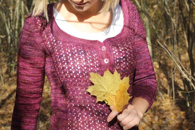 Sweter ręcznie robiony na drutach z ażurowym wzorem z przodu