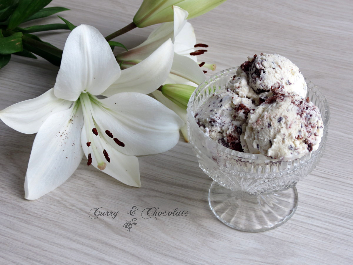 Helado de chocolate blanco con pedacitos de cookie y chocolate negro