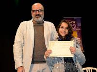O Secretário de Cultura, Ronaldo Fialho, e a vencedora do 2º Salão Jovem, Giulia Ramos