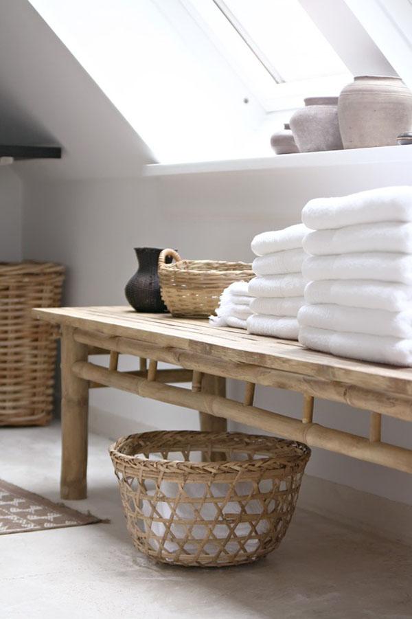 Baño Rustico Decoracion:baños naturales – mesa de madera para toallas con cestos de mimbre