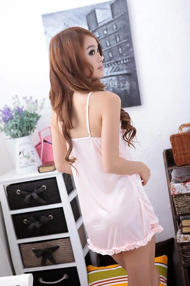 Người đẹp gợi cảm quyến rủ với váy ngủ siêu mỏng