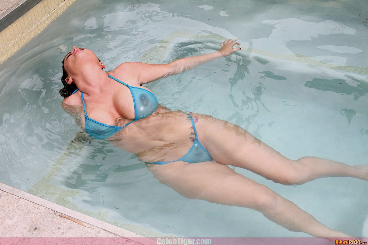 Busty+Babe+Sophie+Dee+Wet+In+Pool+Taking+Off+Her+Blue+Bikini+Posing+Naked www.CelebTiger.com 21 Busty Babe Sophie Dee Wet In Pool Taking Off Her Blue Bikini Posing Naked HQ Photos