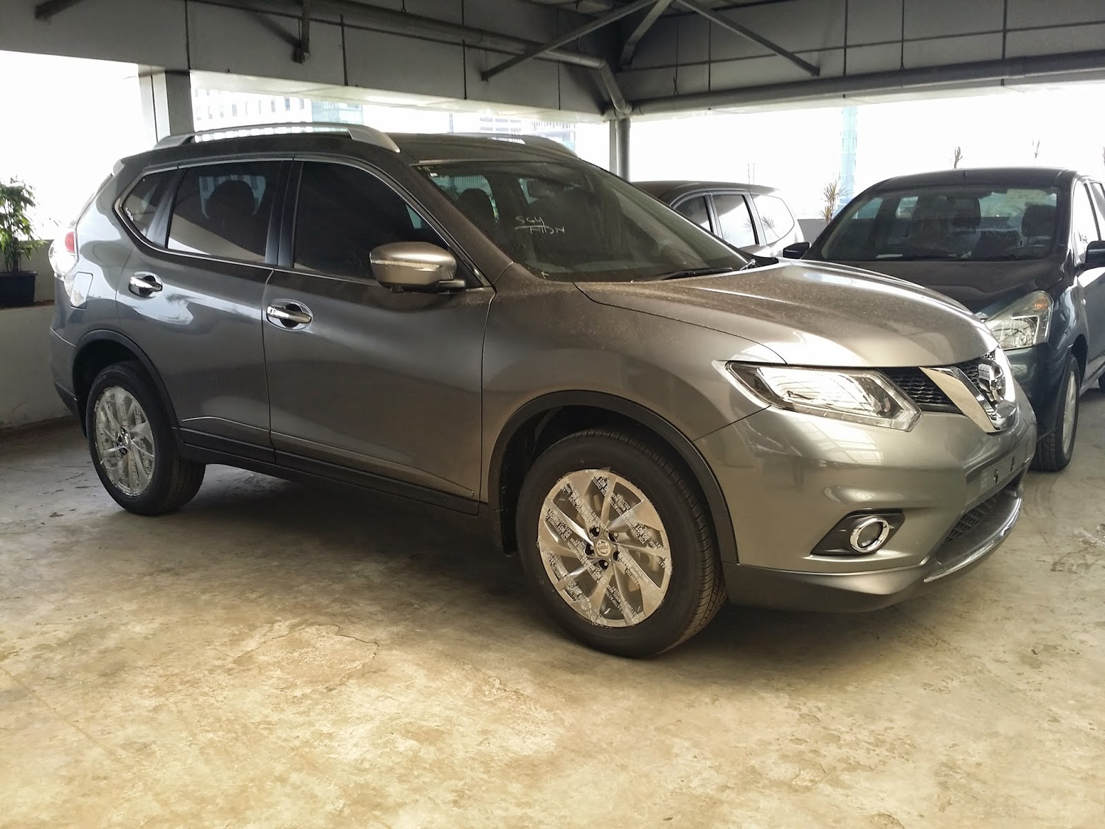 Nissan New Xtrail warna abu-abu metalik atau grey