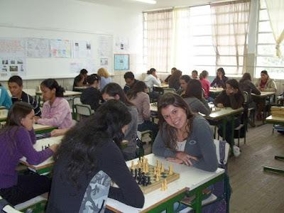 PROFESSORA NO FUNDO DA SALA A JOGAR XADREZ COM OS ALUNOS