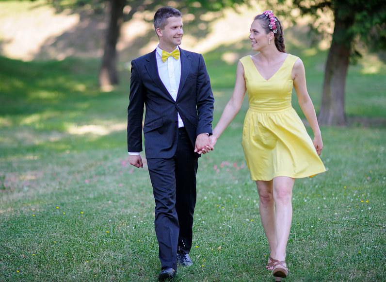 pamergė su geltona suknele