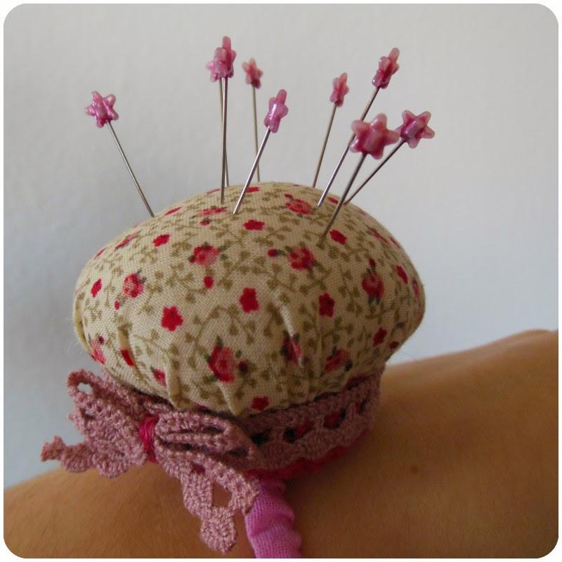 carolicious DIY & Crafts: Cupcake-Nadelkissen fürs Handgelenk