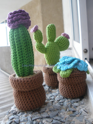 Cactus con flor, cactus Nopal y maceta con flores azules realizadas a crochet
