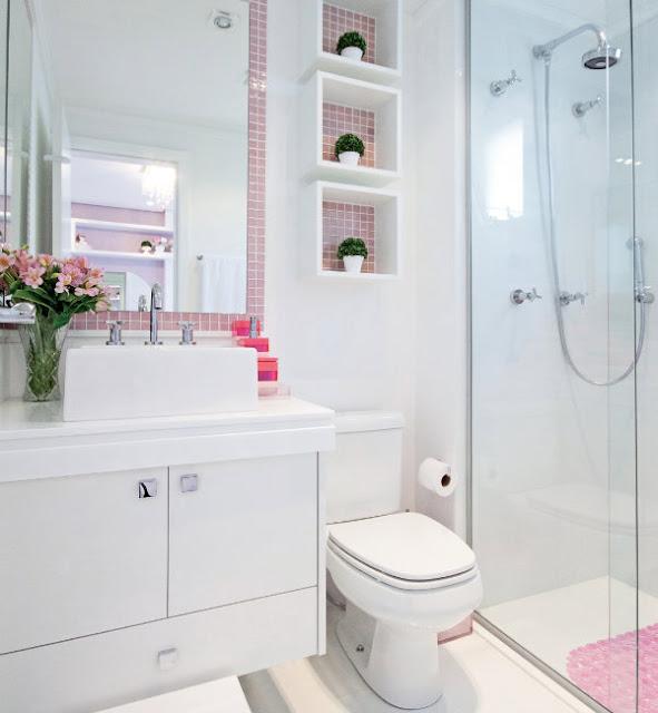 Quarto Pequeno Com Banheiro Dentro ~ Bancada branca, espelh?o e nichos de MDF ou pedra branca com o