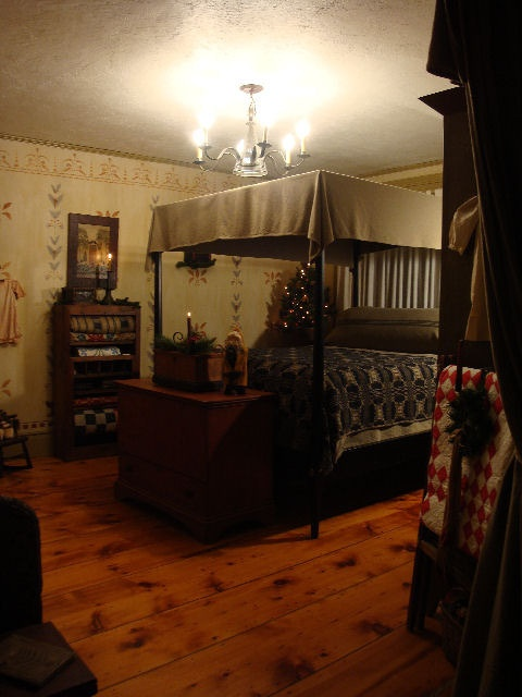 Early american bedroom on pinterest primitive bedroom for Colonial style bedroom ideas