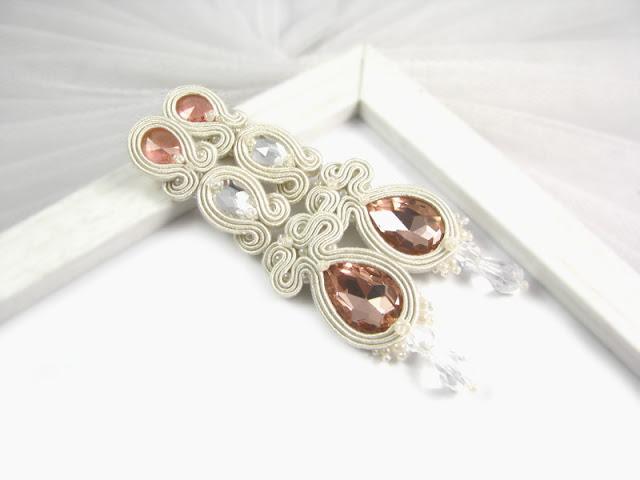 Długie kolczyki sutasz ivory z brzoskwiniowymi kryształami.