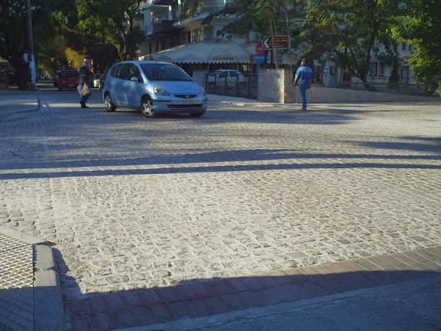 Δρόμοι, πεζοδρόμια, πεζοί και αυτοκίνητα, όλα σε ένα
