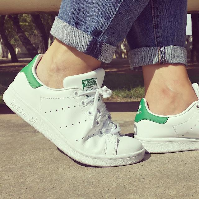Un básico en tu armario para todos tus looks las zapatillas adidas stan smith blanco y verde.