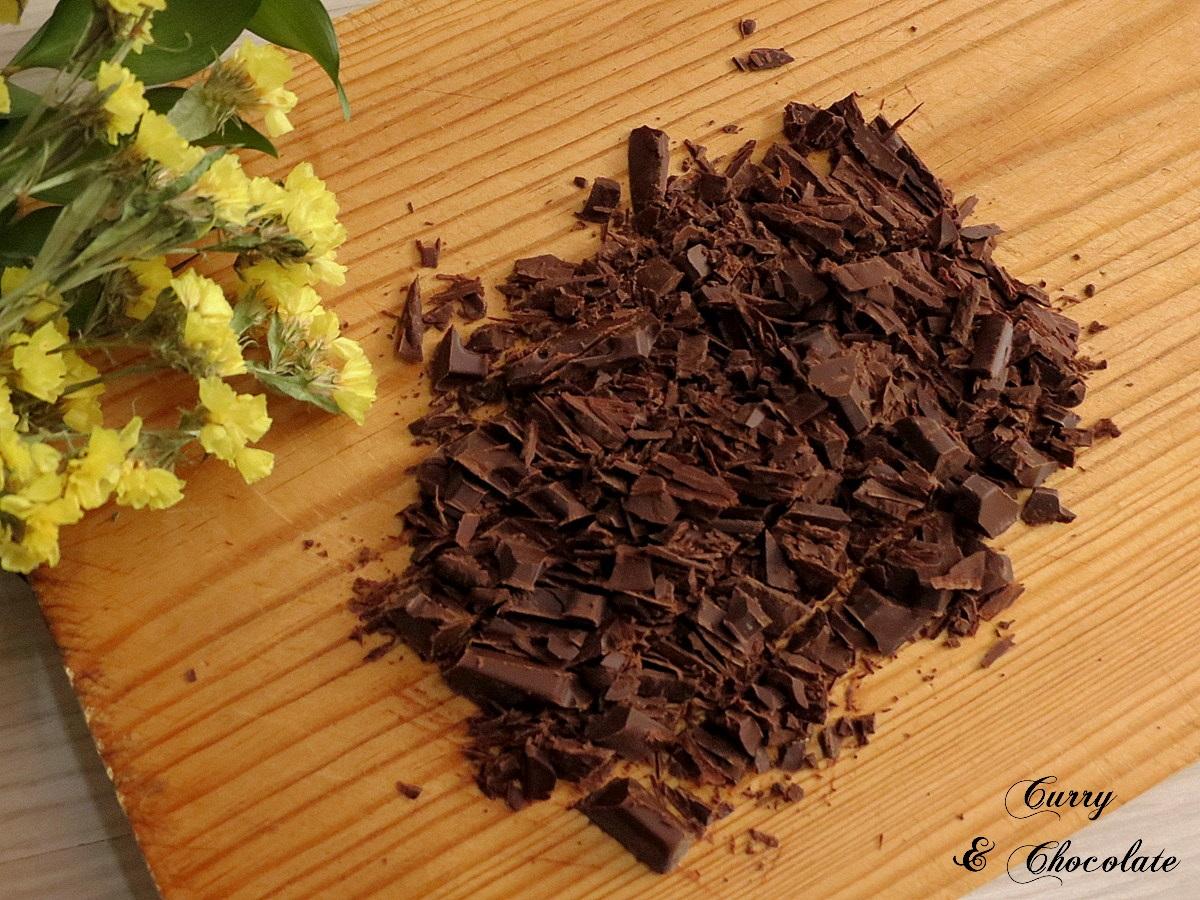 Chocolate negro troceado con un cuchillo