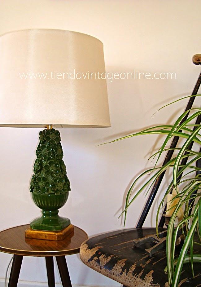 Decorar con lámparas manises de porcelana y base de madera dorada color oro