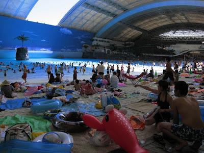 ocean dome 4%5B2%5D  قٌبة المحيط  أكثر الشواطئ الأصطناعية شعبية ، تخيل وكإنك امام شاطئ حقيقي !