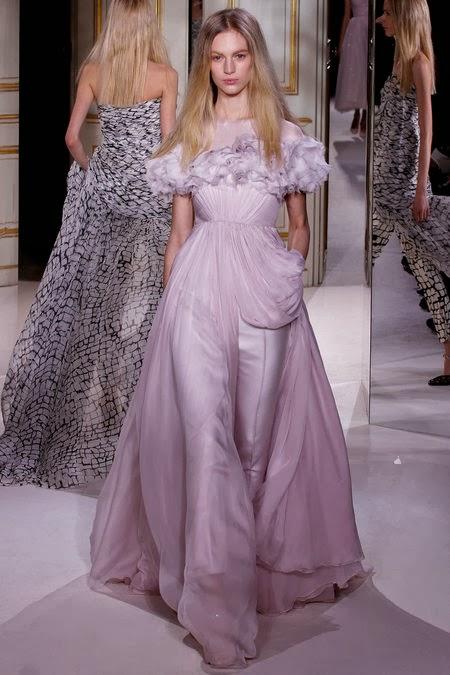 robe haute couture de mariage couleur parme porté sur une femme mannequin blonde sexy et très belle
