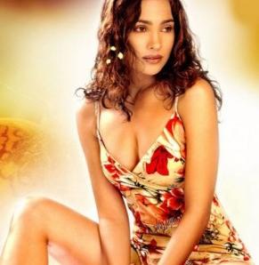 Hot Actress Huma Qureshi Wardrobe Malfunction pictures