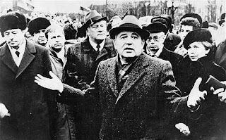 Михаил Горбачев в Вильнюсе за год до январских событий. Этот его жест, выражающий полную растерянность, в Литве вспоминают часто. За его спиной - будущий президент Литвы Альгирдас Бразаускас, секретарь ЦК Вадим Медведев и супруга Раиса Горбачева.