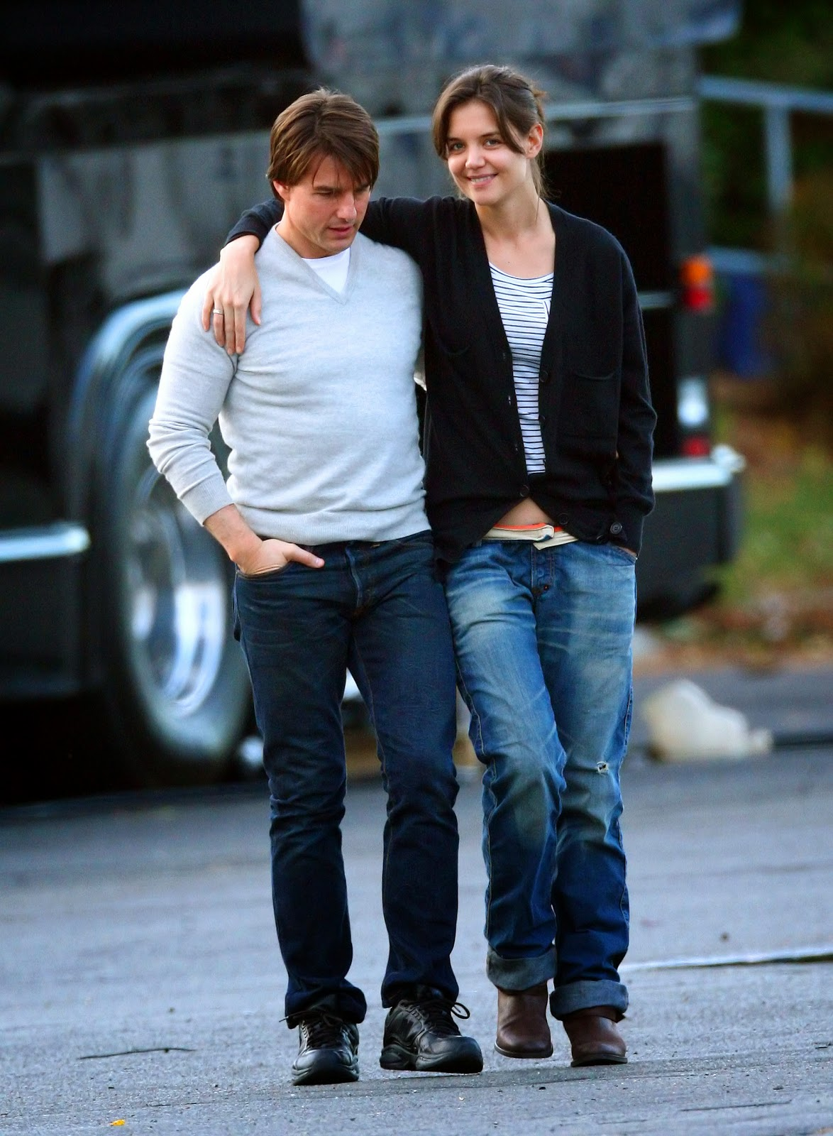 http://2.bp.blogspot.com/-FcJoOsSWYiE/T9RxiZ4WcPI/AAAAAAAACb0/cIPH0lgUaRA/s1600/Katie_Holmes_and_Tom_Cruise_share_a_romantic_walk_in_Boston_-_November_1_2009_3.jpg