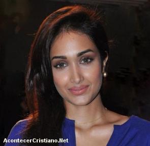 Actriz de Bollywood se suicida al no superar su depresión por haber abortado