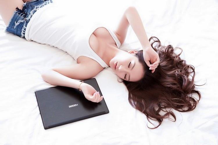 Mỹ nữ khoe vòng 1 căng tròn bên laptop