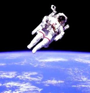 astronauta no espaço flutuando