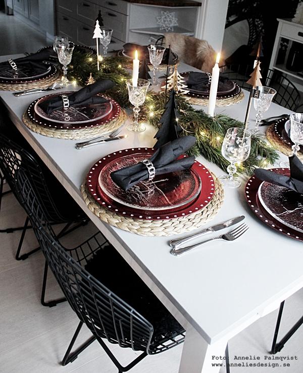 jul, juldukning, dukning, 2015, julens, underlägg, tallrikar, rött, svart, vitt, gröna kvistar, gran, granar, ljusslinga, watt & veke, servetter, servettringar, ljus, ljusstakar, matsal, kök, köket,