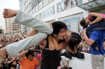 Lomba Ciuman Aneh 2 Lomba Ciuman Paling Aneh Di Dunia