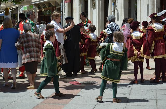 aprendices de danzantes de burgos - ofrenda de flores santamaría la mayor - burgos - san pedro 2013