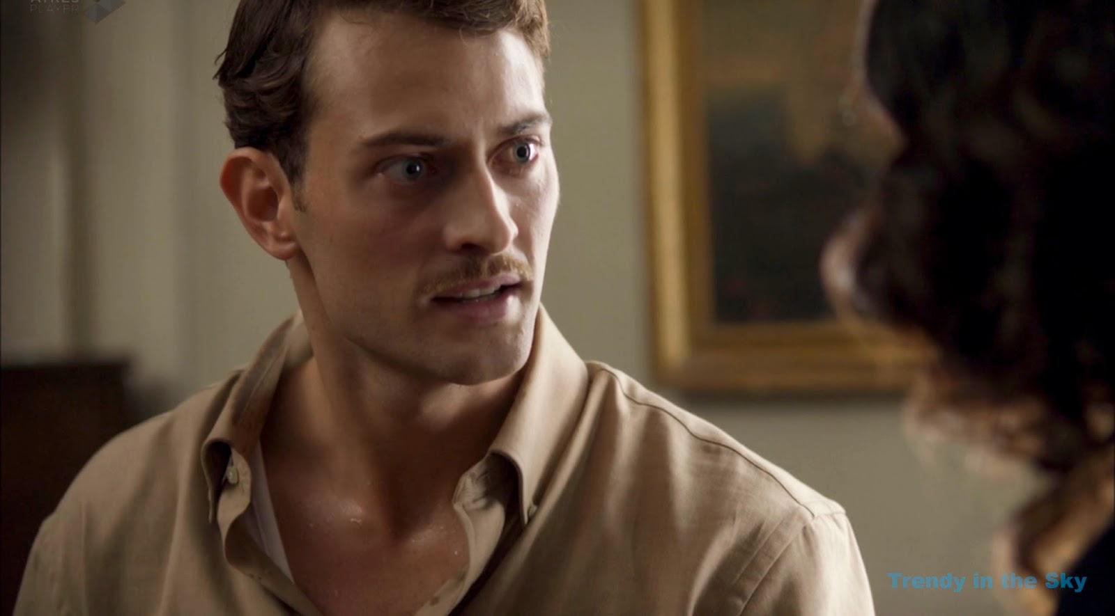 Marcus Logan camisa marrón. El tiempo entre costuras. Capítulo 10