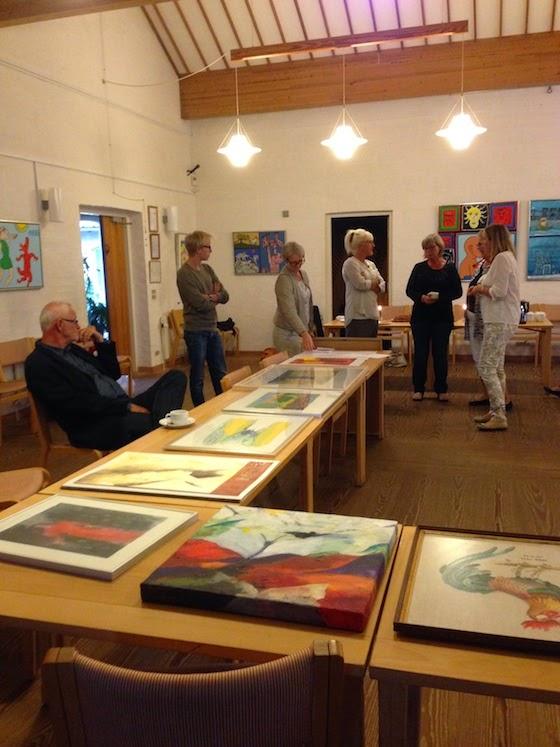 Medlemmer af Fredens Sogns Kunstforening bytter billeder