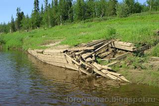 Останки деревянной баржи – такие махины таскали груза по Шапке в советское время, по большой воде, река Шапкина