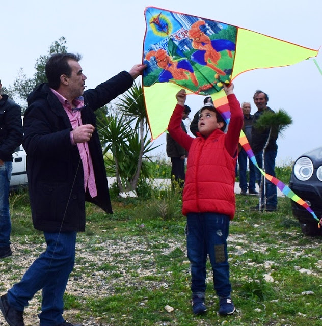 """Γιορτάστηκε το έθιμο με τα """"Κούλουμα"""" και το πέταγμα του χαρταετού στο λόφο των Μύλων στην Ερμιόνη"""