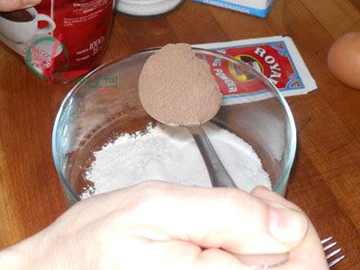 Dos cucharadas de cacao en polvo.