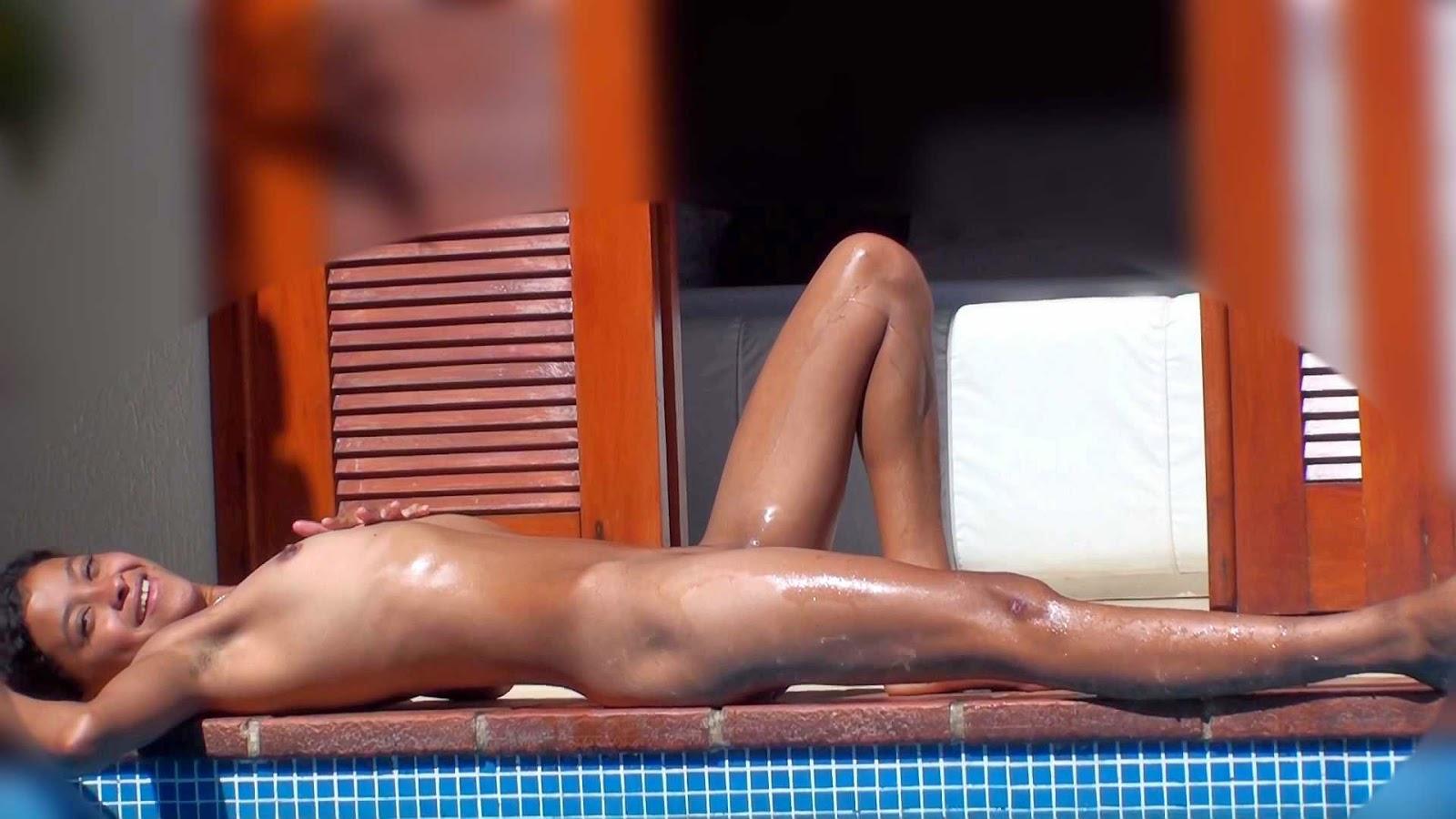 Desnuda en la piscina