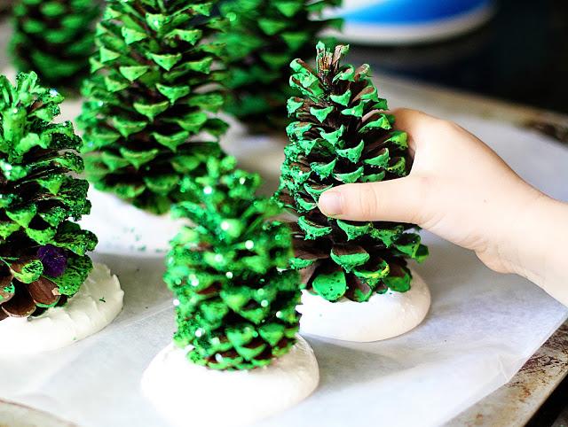 Mini árboles de Navidad diy con piñas