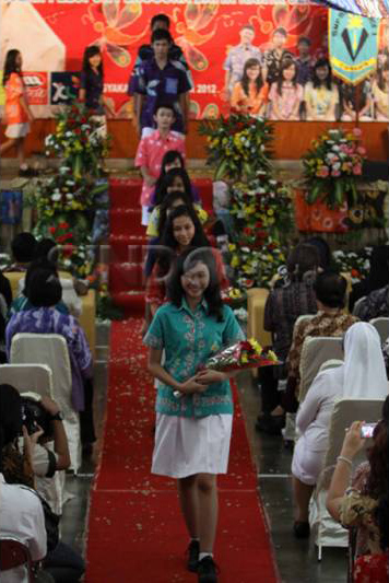 Fashion Show Batik Karya Sendiri dari SMP Stella Duce 1 Yogyakarta yang Memperoleh Rekor MURI sebagai Sekolah Pelopor Pengguna Batik Karya Sendiri